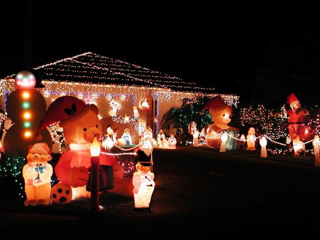 istock-172280_inflatable-bears-manger-scene-christmas-lights_s4x3-jpg-rend-hgtvcom-1280-960